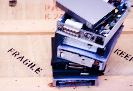 Empilement de disques durs hors-services - Photographie Daniel Hennemand