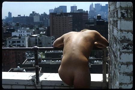 Photo : une femme nue sur un toit intrigue les